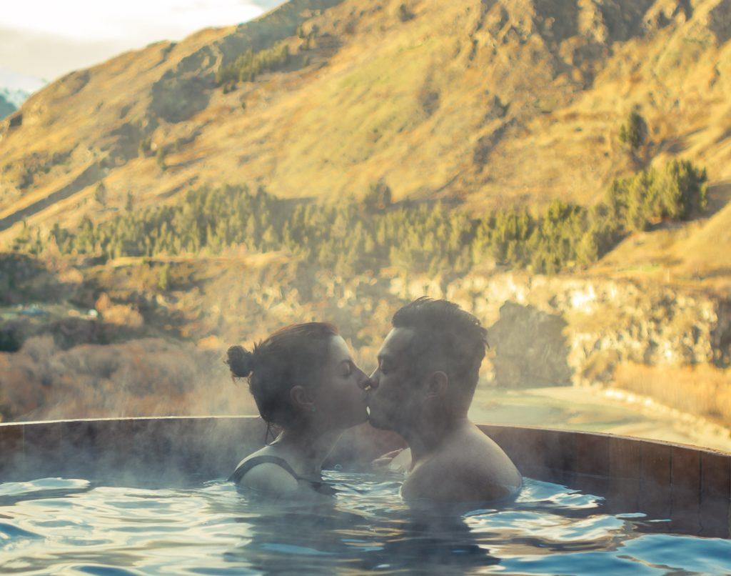 hotele z basenem w górach - para całuje się w jacuzzi