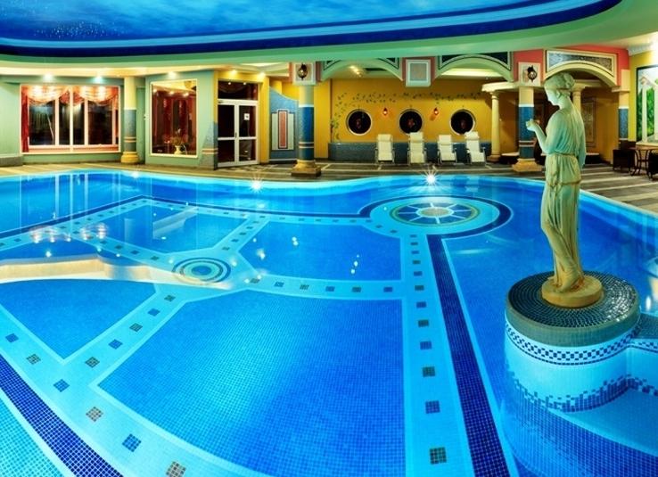 hotele z basenem w górach - basen w stylu marokańskim