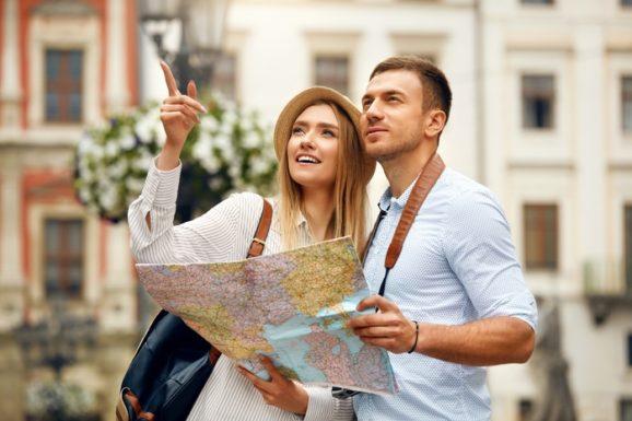 Para turystów z mapą