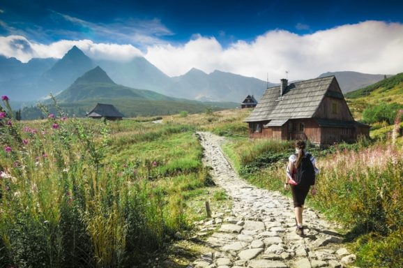 Kobieta na tle górskiego krajobrazu