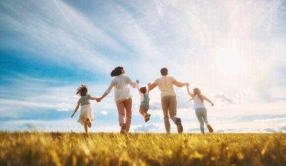 Rodzina na letnim spacerze